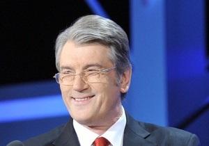На День рождения Ющенко подарили цветы, картины и кобзу