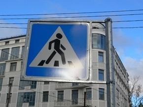 В Киеве Mercedes на пешеходном переходе сбил насмерть девочку