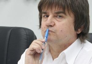 Политолог: Януковичу выгодно не подписывать закон о красных флагах