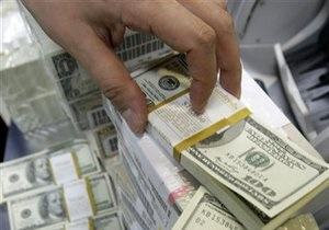 Доллар на межбанке удержал позиции
