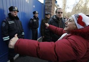Бютовцы пытаются прорваться сквозь милицейский кордон под Апелляционном судом Киева