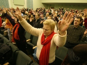 Корреспондент: Из-за кризиса украинцы ударились в религию