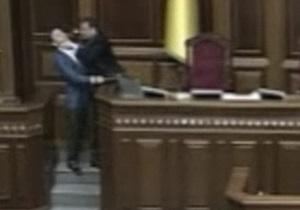 В интернете появилось видео драки Мартынюка с Ляшко в президиуме Рады