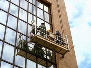 В Москве два человека с бейсбольными битами украли десять строительных люлек