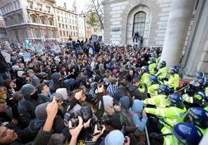 Тысячи британских студентов вновь протестуют против повышения платы за образование