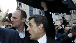 Франция: президента встретили оскорблениями и насмешками