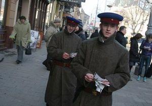 Во Львове люди в форме сотрудников НКВД раздавали прохожим  повестки  в прокуратуру