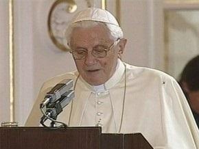 Во время речи в Праге на Папу Римского залез паук