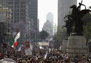 Протестующие учителя подожгли офисы партий в Мексике