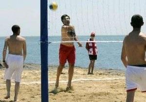Саакашвили в красных трусах сыграл в волейбол на пляже и пообещал еще раз съесть галстук