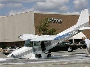 В США самолет экстренно  припарковался  у торгового центра