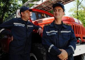 В Запорожской области спасатели вытащили мальчика из висевшего на мосту грузовика