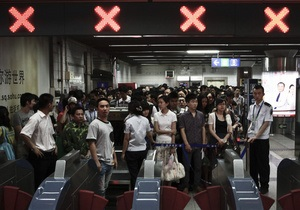 В пекинском метро пассажирам выдают сменную обувь