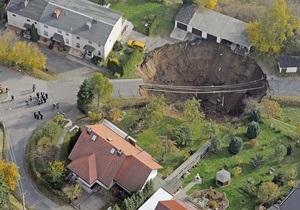В Германии из-за провала грунта образовалась воронка глубиной в 20 метров