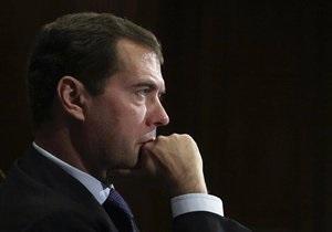Самолет Медведева не смог совершить посадку в Москве