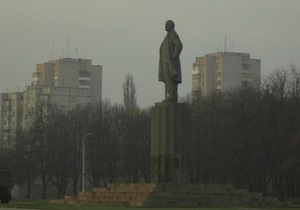 В Кременчуге на памятнике Ленину появились надписи  кат України  и  покидьок