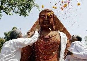 В Бирме толпа не позволила властям вывезти золотого Будду