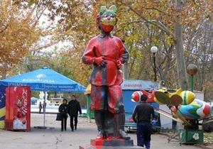 В Севастополе памятник юному Ленину облили краской и надели ему на голову маску зайца