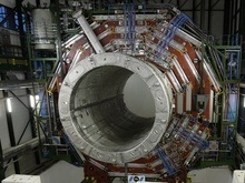 Первый пучок протонов в коллайдере завершил свой путь