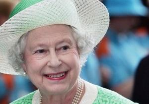 Королеве Британии не могут подобрать фамилию для загранпаспорта