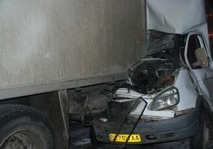 В Николаеве маршрутка на полном ходу врезалась в припаркованную фуру: есть пострадавшие