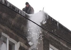 В регионах Украины под тяжестью снега продолжают рушиться кровли помещений