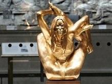 В Британии появилась золотая статуя Кейт Мосс