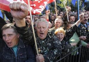 Профсоюзы вывели под Раду около 400 человек: Снимают паны с нас рубашки и штаны