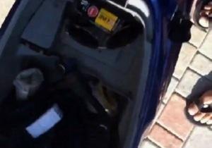 Украинец снял на видео, как  правоохранители  подбрасывают ему в багажник белый пакетик
