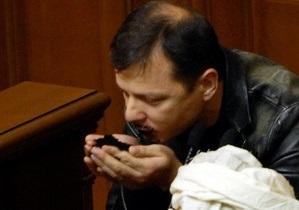 Фоторепортаж: Целую и ем. Ляшко показал читателям Корреспондент.net, как он пробовал землю