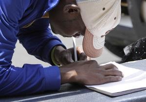 Зимбабвийцы выстроились в километровые очереди в надежде успеть получить визу в ЮАР до 2011 года