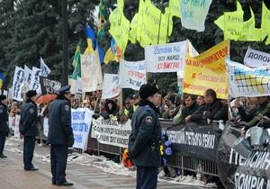 Митингующие забросали туалетной бумагой и помидорами площадь перед парламентом