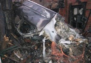 В Кременчуге 21-летний водитель сгорел в чужом Mercedes, врезавшись в жилой дом