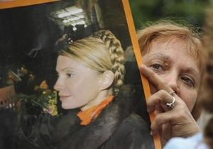 Под зданием харьковского суда проходит пикет сторонников и противников Тимошенко
