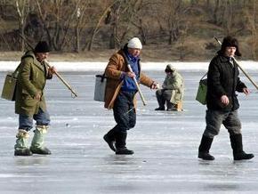 В Азовском море спасли 17 рыбаков, дрейфовавших на льдинах