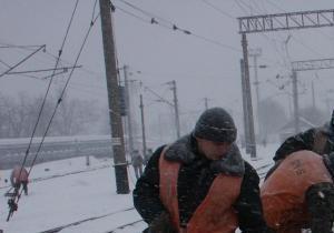 непогода в Украине - движение поездов - Укрзалізниця уверяет, что ни один поезд не отменен, а время опозданий сокращено