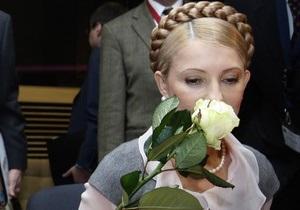 Тимошенко подарили букет роз под зданием прокуратуры