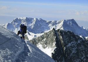 Новый рекорд на Эвересте: альпинист взобрался на гору с двух сторон за один сезон