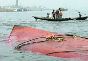 В результате крушения парома у берегов Малайзии без вести пропали десятки человек