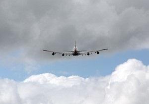 Американец попытался вырваться из летящего самолета