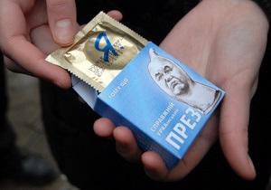 Милиция отпустила четырех активистов, раздававших презервативы с изображением Януковича