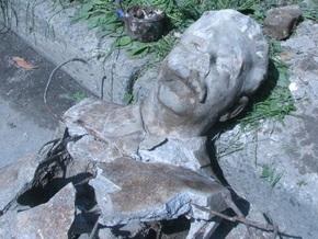 В Луцке на дне колодца нашли бюсты Сталина и Горького