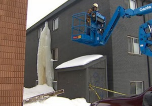 Новости Канады: В Канаде со стены дома спилили трехэтажную сосульку