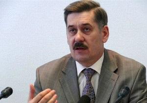 Заместитель Попова вручил журналистам бутылку коньяка