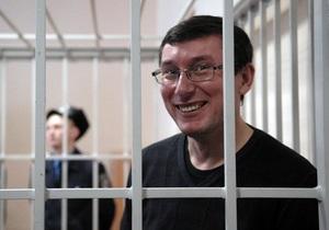 Во время оглашения приговора Луценко сторонники обвиняемого поют песни и играют марш