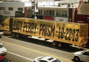 Позолоченный грузовик анонсирует альбом Кэти Перри