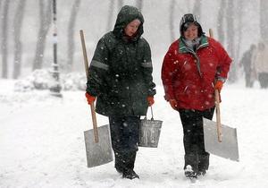 Вчера столичные коммунальщики использовали более 1,3 тысяч тонн песчано-соляной смеси - Киев снег