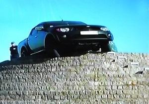 Житель Днепропетровска на внедорожнике застрял на вершине 20-метровой пирамиды