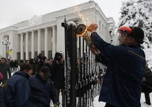 Спиленный забор у Верховной Рады за ночь не восстановили