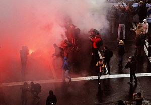 В Киеве во время акции по случаю 70-летия УПА сожгли флаги КПУ и Партии Регионов